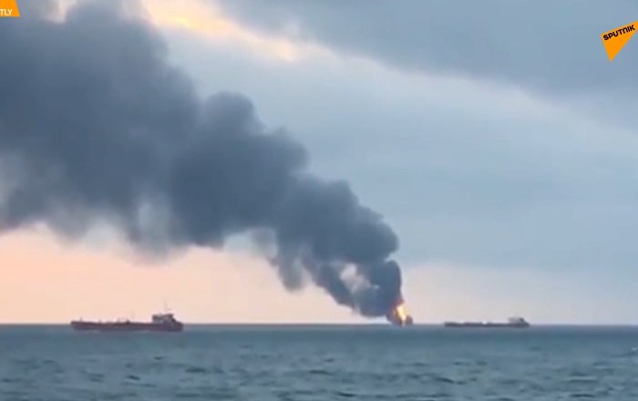 刻赤海峽兩艘商船起火