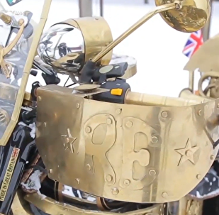白俄男子改裝出酷炫金色摩托車