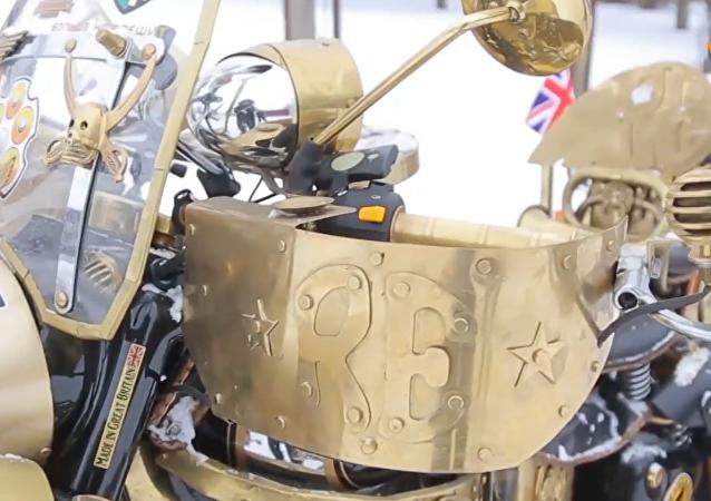 白俄男子改装出酷炫金色摩托车