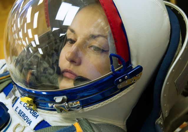 聯盟TMA-14M載人飛船的主要機組人員俄羅斯聯邦航天局宇航員葉蓮娜∙謝羅娃在檢查航天服。