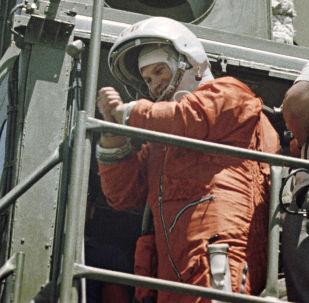 宇航員瓦列金娜∙捷列什科娃在起飛前。她是世界上首位女宇航員,也是唯一一位獨自飛往太空的女宇航員。