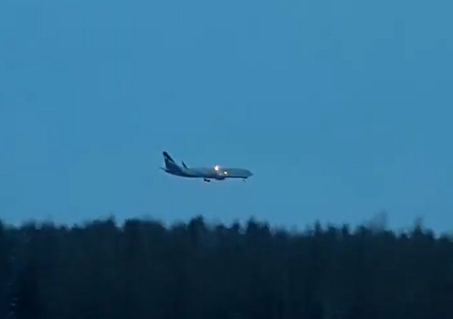 """汉特-曼西斯克居民拍下被无赖""""劫持""""的飞机降落视频"""
