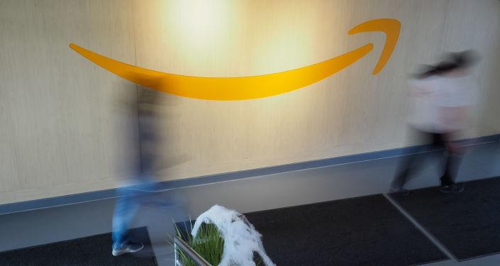 Логотип компании Amazon в распределительном центре во Франции