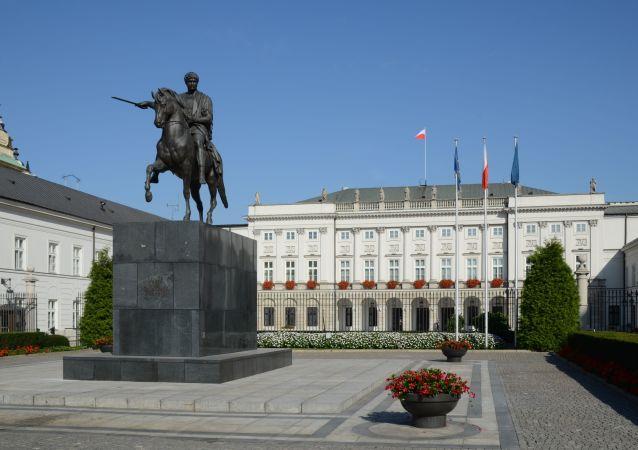 波兰首都一不明男子企图驾车冲破总统府大门