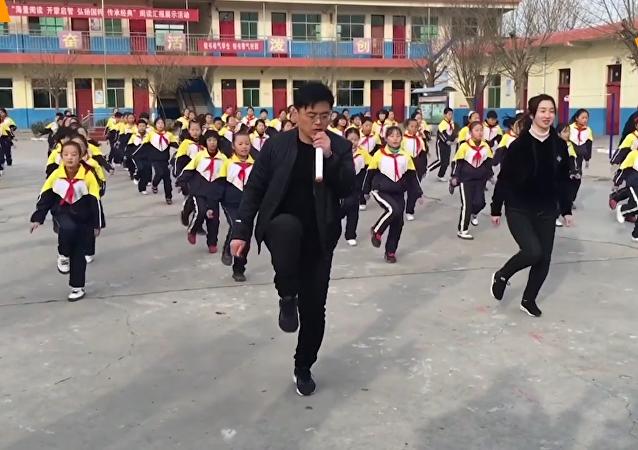 嗨爆了! 校长亲上阵带学生跳鬼步舞!