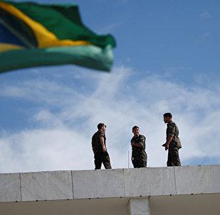 巴西國旗和巴西軍人