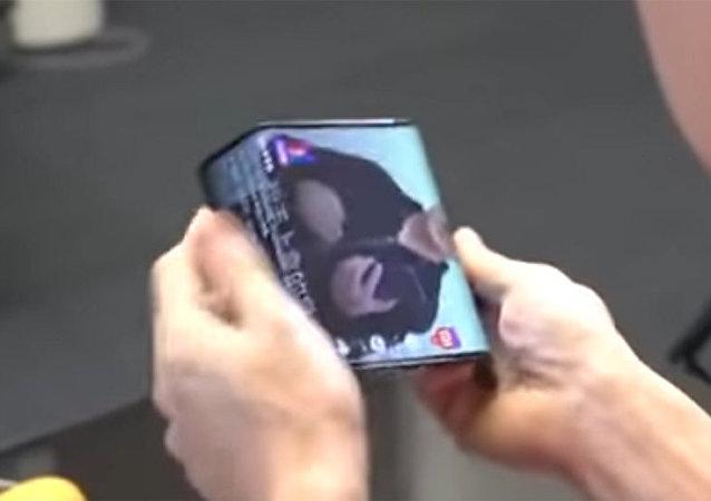 小米总裁展示可折叠智能手机原型
