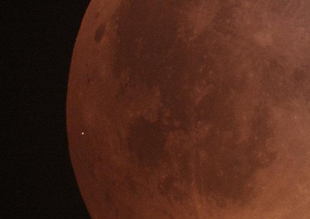 天文學家首次拍攝到隕石墜落在血月上的鏡頭