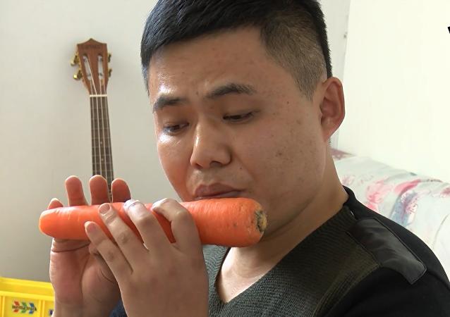 山东小伙用蔬菜做乐器