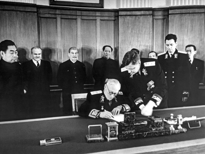 1950年2月14日兩國時任外長周恩來和安德烈•維辛斯基代表兩國簽署了《中蘇友好同盟互助條約》。毛澤東和斯大林出席簽署儀式。