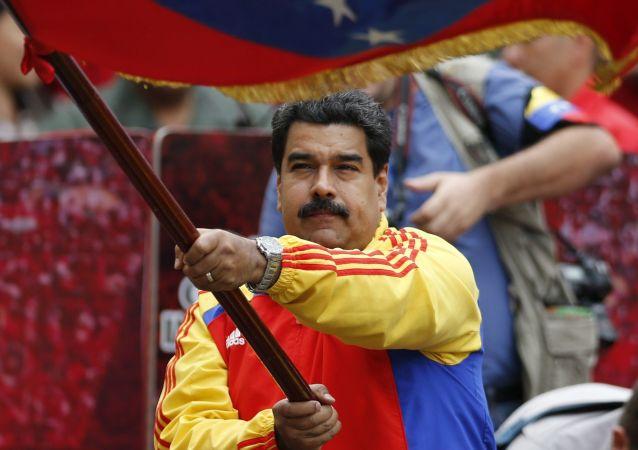 美国数十人走上街头支持委内瑞拉总统马杜罗