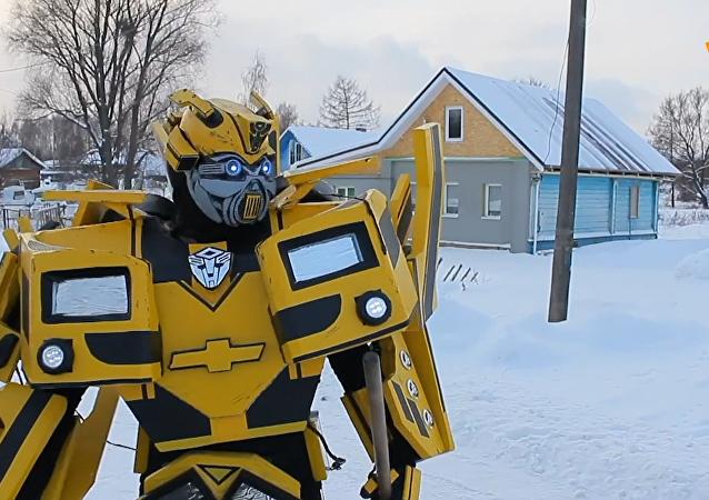 """大黄蜂机器人""""变身""""扫雪工"""