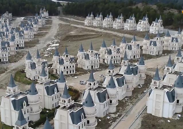 """土耳其仿迪士尼城堡变""""鬼城"""""""