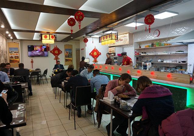 """""""长长""""小餐厅总是人来人往"""
