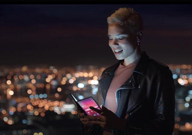三星可折疊智能手機在官方視頻上閃亮登場