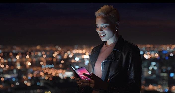 三星可折叠智能手机在官方视频上闪亮登场