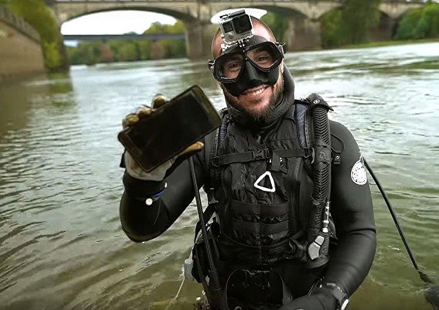 在河底发现七部智能手机的美国潜水员视频刷爆屏