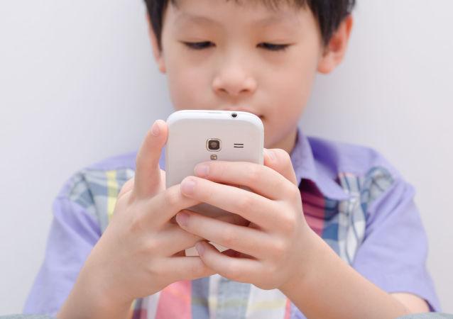 华媒:安徽合肥9岁男童因暑期狂玩手机,眼睛变成斗鸡眼