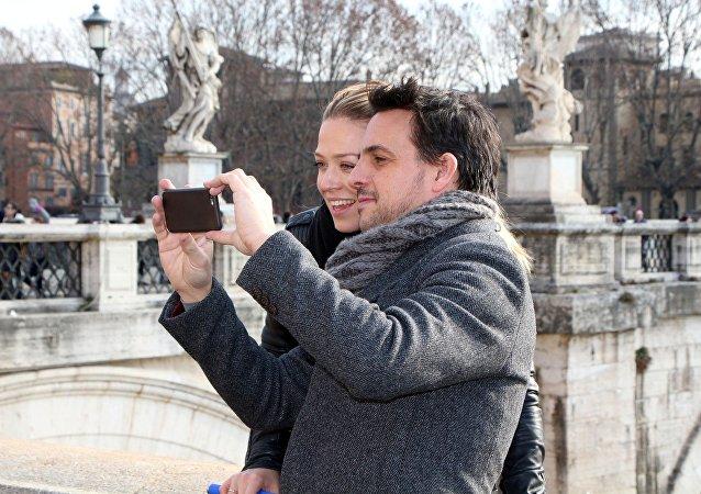 美驻罗马旅游公司将为单身女游客提供租个男朋友拍合照的服务