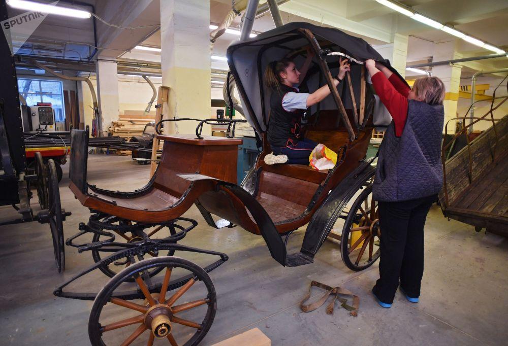 員工正在莫斯科電影製片廠道具間裝飾轎式馬車車廂