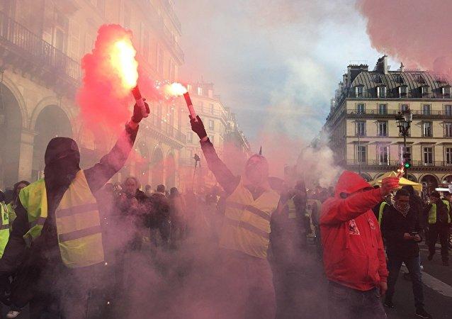 巴黎游行出现骚乱 蒙面人打砸橱窗
