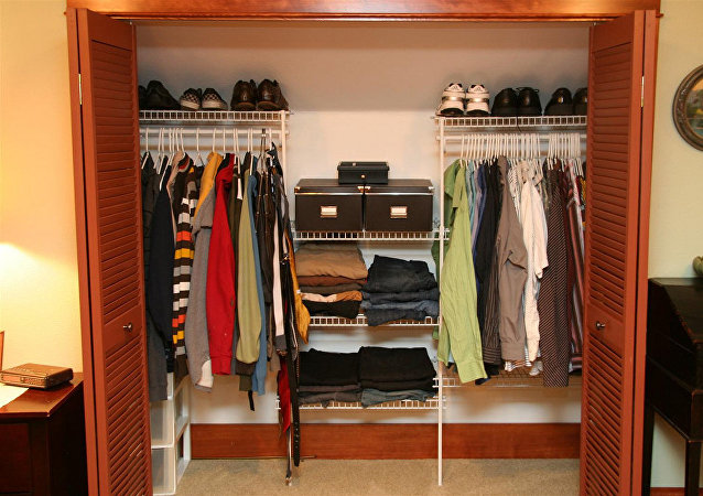一位美国女大学生在自己的衣柜里发现了一个已经住在里面数日的男子