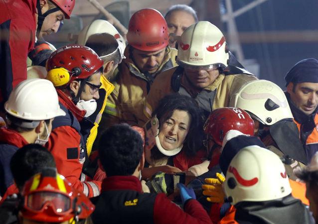 土耳其伊斯坦布尔坍塌大楼死亡人数升至两人