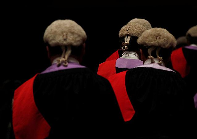 法庭因律师身上沾满臭虫而休庭