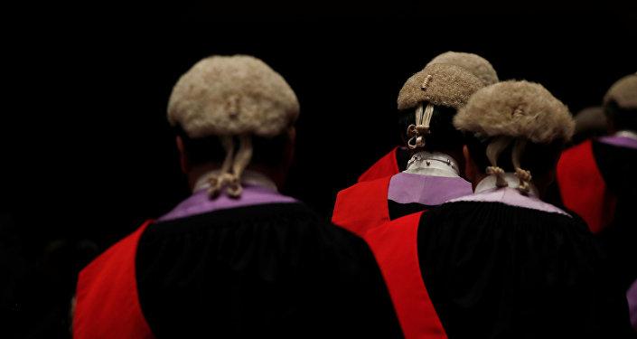 法庭因律師身上沾滿臭蟲而休庭