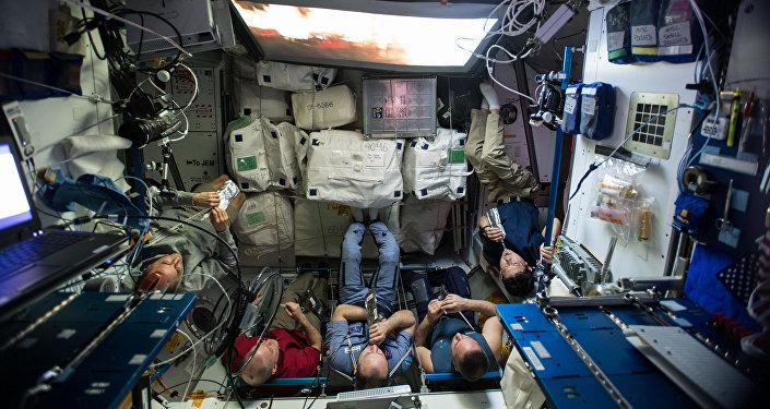 Астронавты МКС за просмотром фильма
