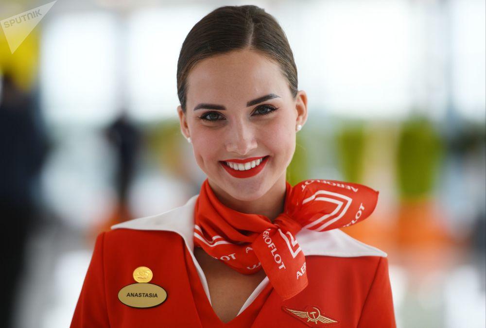 俄罗斯国际航空公司的乘务员阿纳斯塔西娅·别洛乌索娃在谢列梅捷沃机场的航站楼