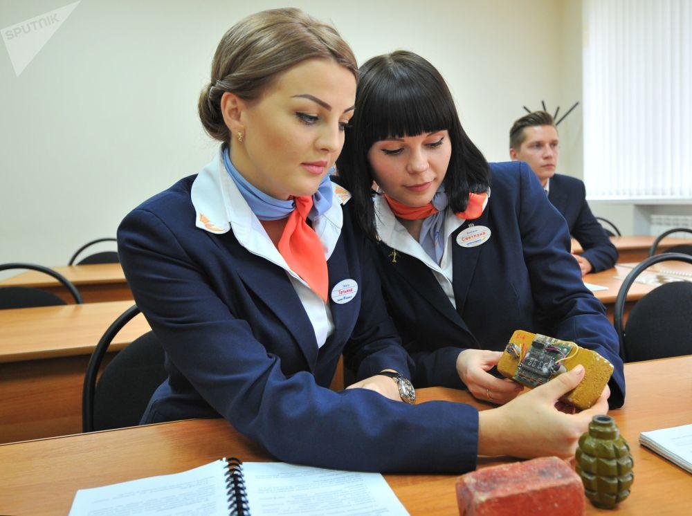 未来的空姐在位于矿水城的北高加索民航培训中心受训期间上安全课