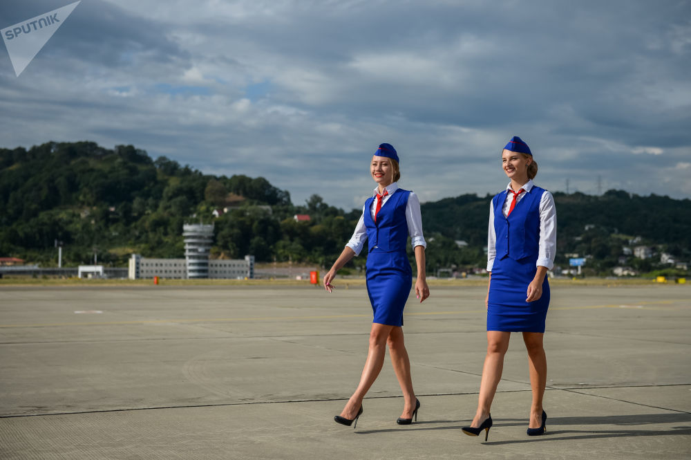 在索契国际机场飞行场地上的空姐