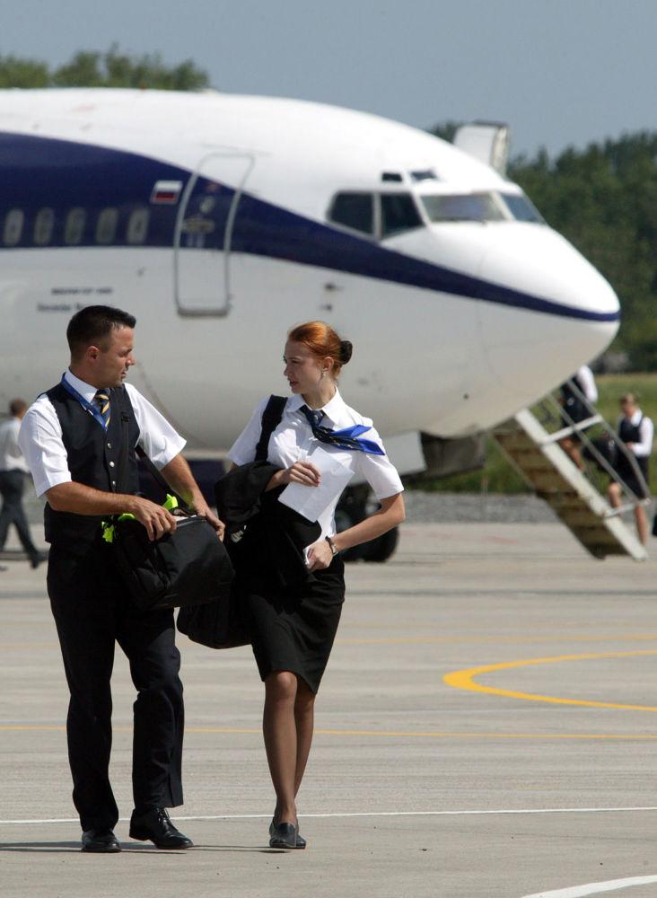 在加里宁格勒的新航空中转站飞机旁的空少和空姐