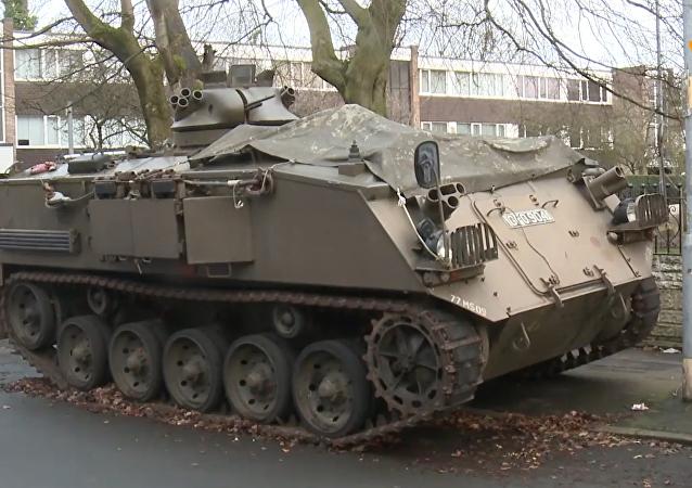 英国昔日陆军装甲运兵车停人行道惹争议