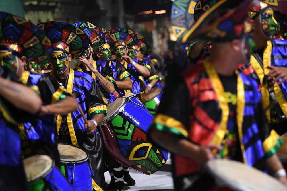 19世纪初,蒙得维的亚当局想禁止这种舞蹈,但尽管采取了措施,坎东贝仍迅速在整个南美流行起来。