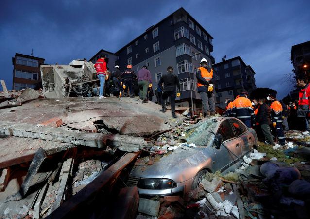 土耳其救援人员从伊斯坦布尔坍塌房屋废墟中救出一名16岁少年