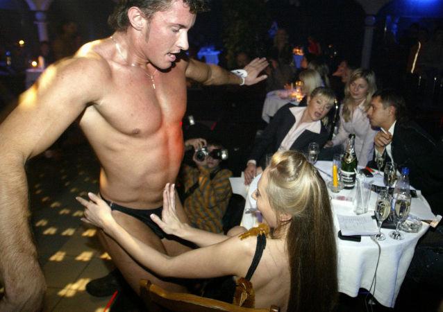 脱衣舞酒吧的演出