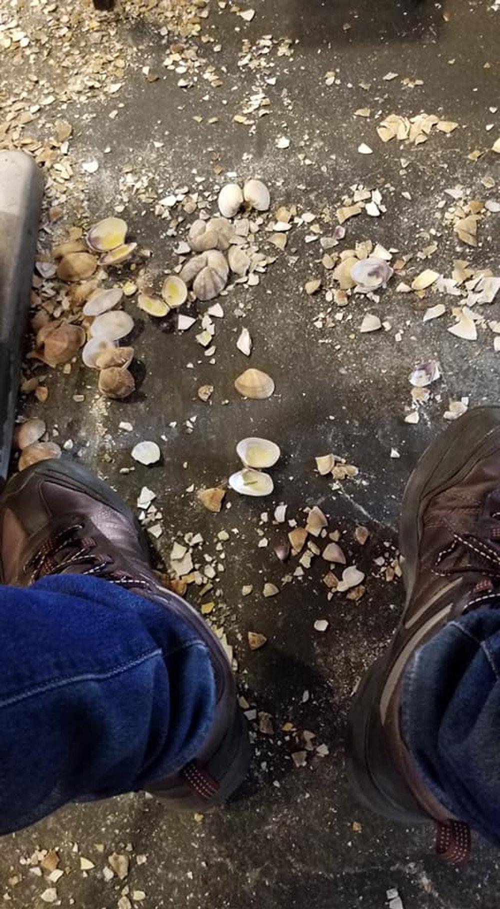 顧客們吃完海鮮,便將海鮮的殼直接扔到地上。