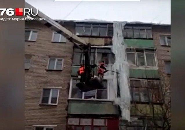 雅罗斯拉夫市清除掉5层楼高的冰溜