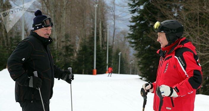 普京与卢卡申科一起在索契进行山地滑雪
