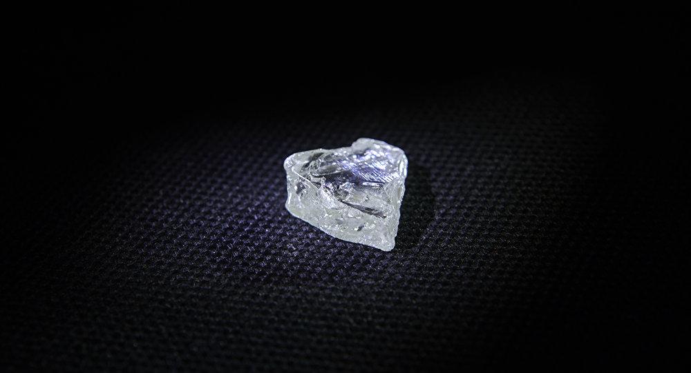 俄阿尔罗萨公司在情人节前夕发现心形钻石