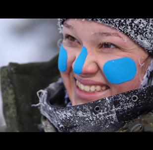 俄军女滑雪登山兵备战奥地利国际比赛