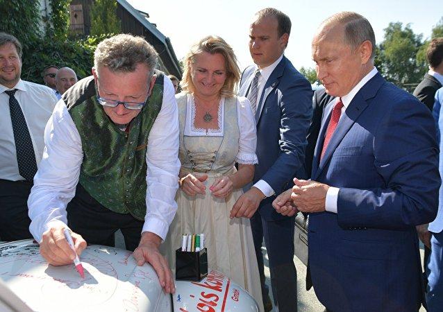 有普京亲笔签名的敞篷车拍得2万欧元