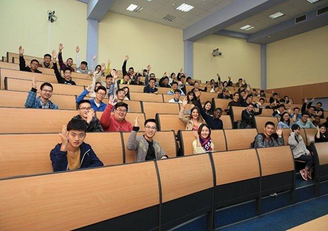 中国浙大学生在圣彼得堡接受俄语培训并了解俄罗斯文化