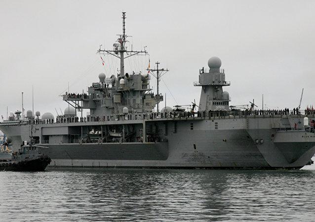 美海军第七舰队旗舰驶入韩国釜山港
