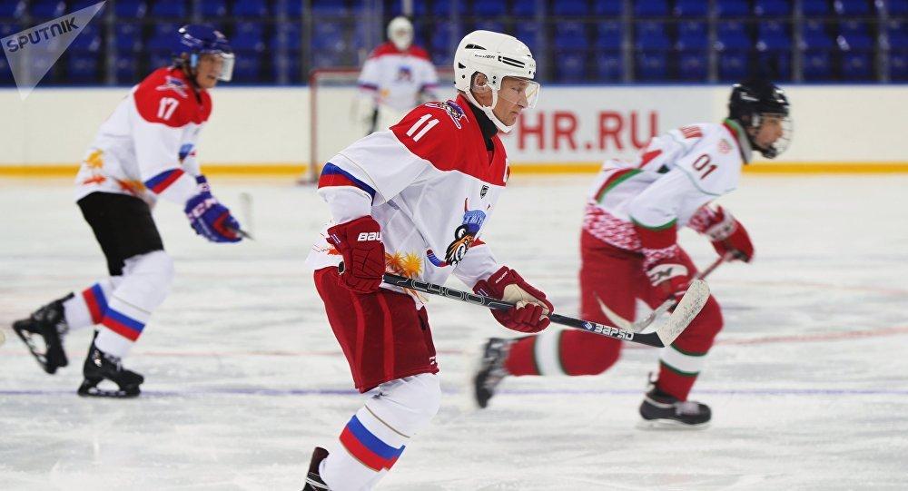 普京在索契舉辦的全俄夜間冰球聯盟的表演賽中打入10球
