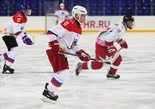 普京在索契举办的全俄夜间冰球联盟的表演赛中打入10球