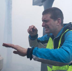 警方使用催泪瓦斯驱散巴黎的抗议者