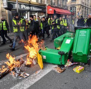 法国黄背心运动示威者攻击警用车辆